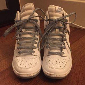 - scarpe da ginnastica nike da donna schiacciata contro il poshmark